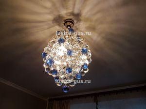 Хрустальная люстра Лора Шар 40 с синими шарами (завод Гусь-Хрустальный) в интерьере квартиры